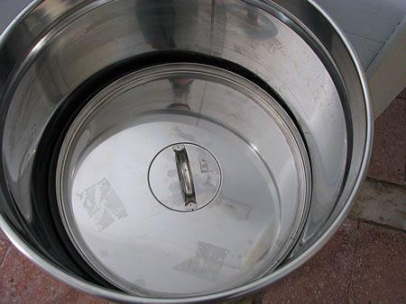 Ο πλωτήρας τοποθετημένος επάνω στο κρασί