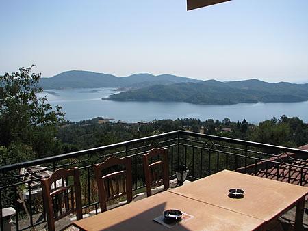 Η θέα προς τη λίμνη Πλαστήρα από το Προσήλιο