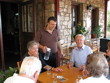 Ο Σάκης εξυπηρετεί μία παρέα συγχωριανών που ήρθε για τον πρωΐνό καφέ