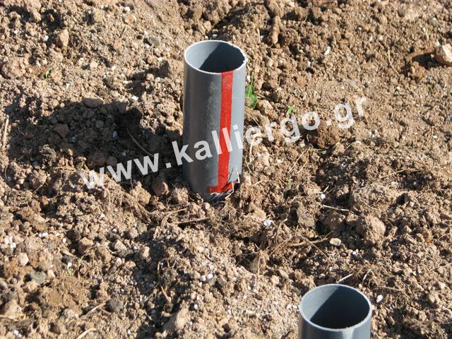 Τοποθετώ το σωλήνα βαθιάς άρδευσης μέσα στο χώμα