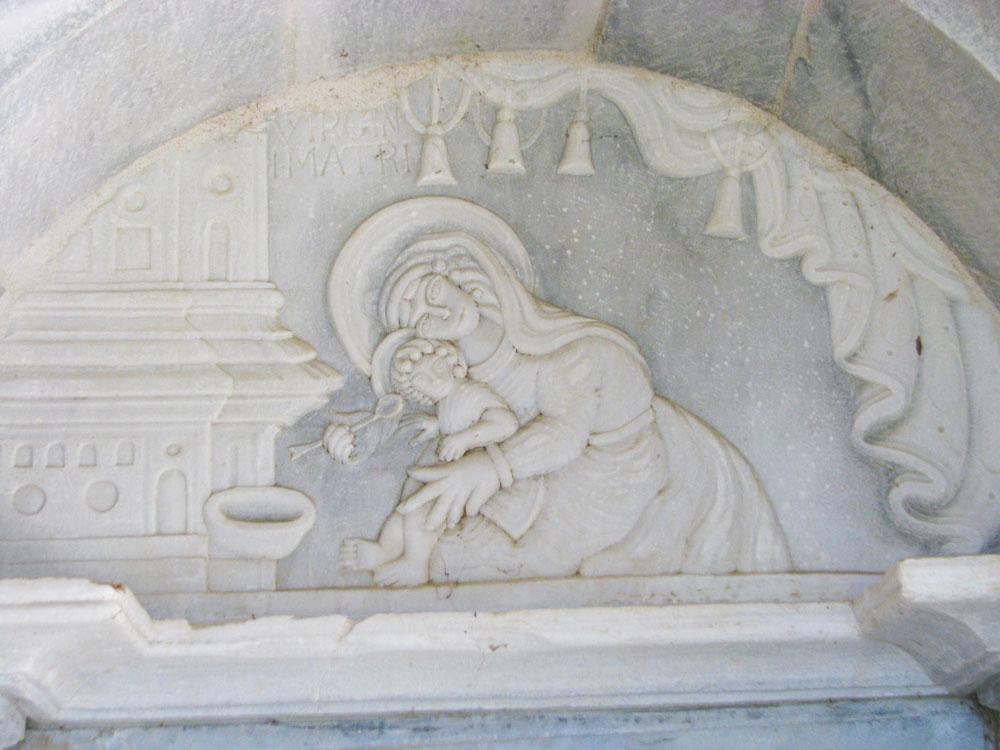 γλυπτό της Παναγίας και του Χριστού