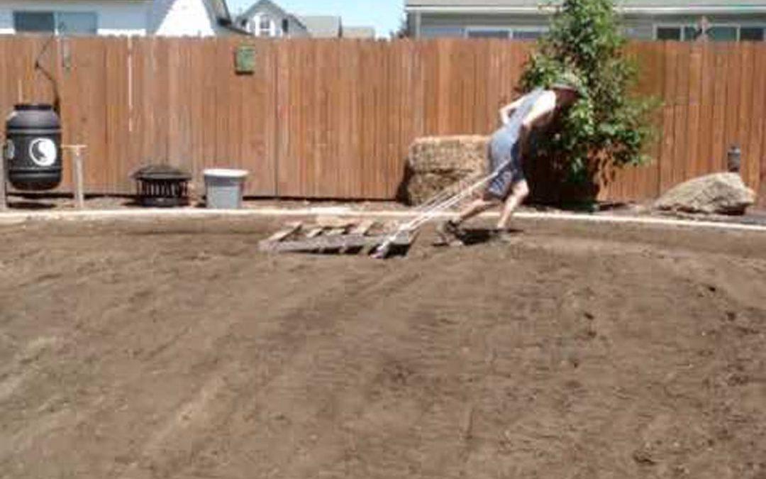 Πως να κάνετε επίπεδο το έδαφος χρησιμοποιώντας μία παλέτα