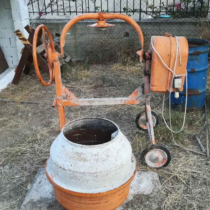 Επισκευή παλιάς πορτοκαλί μπετονιέρας που είχε κολλήσει ο άξονας περιστροφής του κάδου