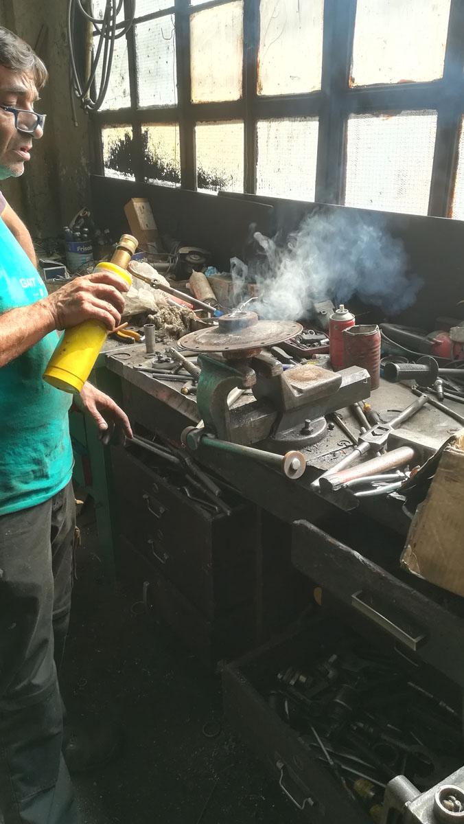 Ο κ. Σταύρος Μπέκας θερμαίνει τον άξονα στο μηχανουργείο