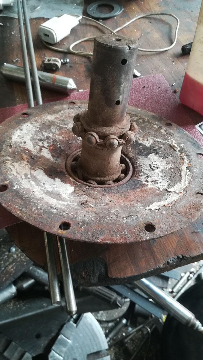 Τα παλιά κολλημένα ρουλεμάν στον λυμένο μηχανισμό